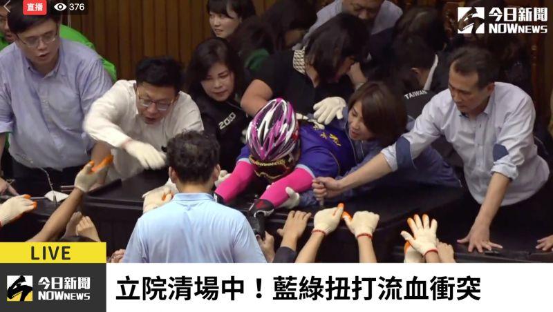 影/陳玉珍著「戰鬥服」守主席台到最後 鄭麗文擠到跪吐