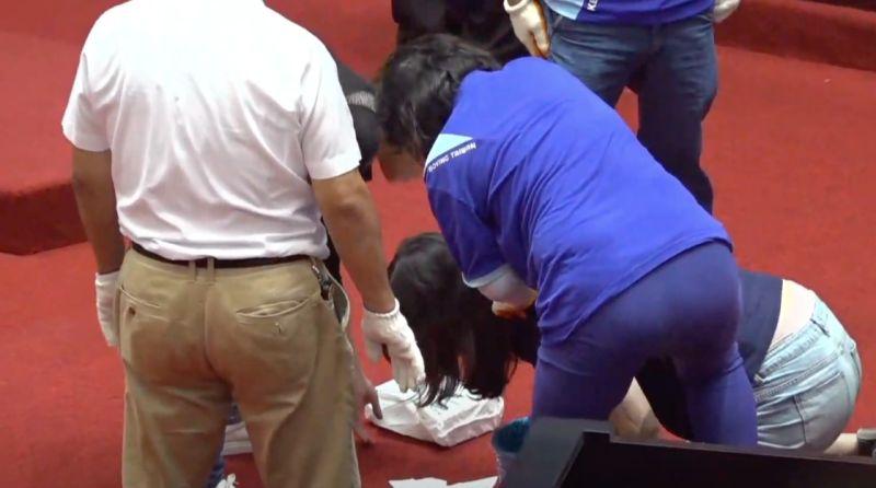 ▲國民黨立委鄭麗文16日被擠到嘔吐,跪在地上。(圖/NOWnews影音中心)