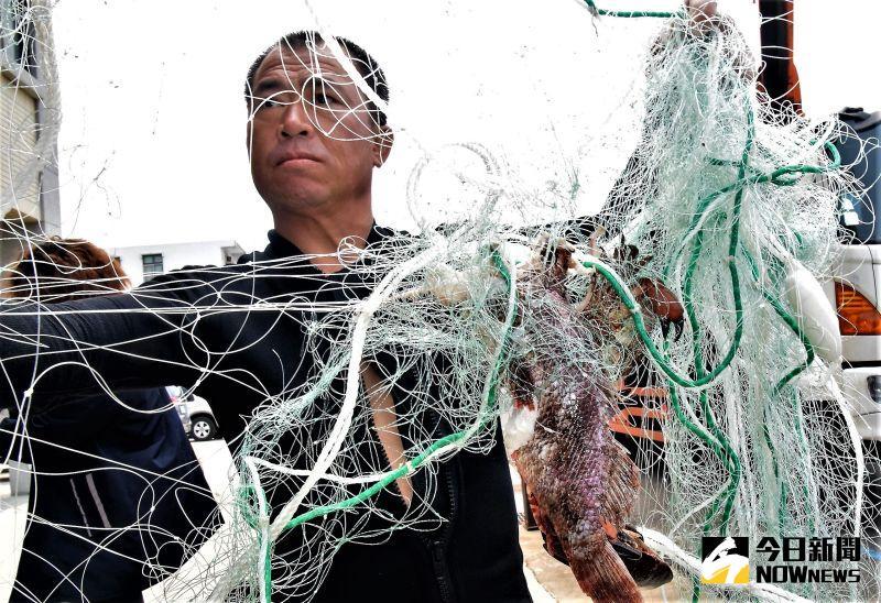 ▲鬼網仍維持捕魚的能力,但卻無人獲益,長期之後導致漁獲量減少,降低漁業經濟效益,同時鬼網也會影響船隻航行安全。(圖/記者張塵攝,2020.07.16)
