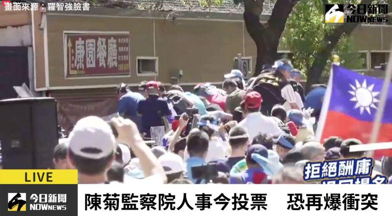快訊/挺藍民眾群情激憤 試圖翻越<b>拒馬</b>進立院
