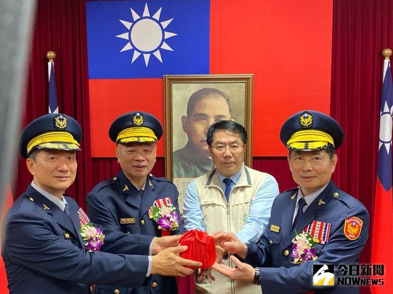 台南市新任警察局局長詹永茂(右一)17日就職。