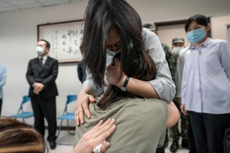 總統蔡英文到新竹空軍醫院慰問殉職飛官家屬