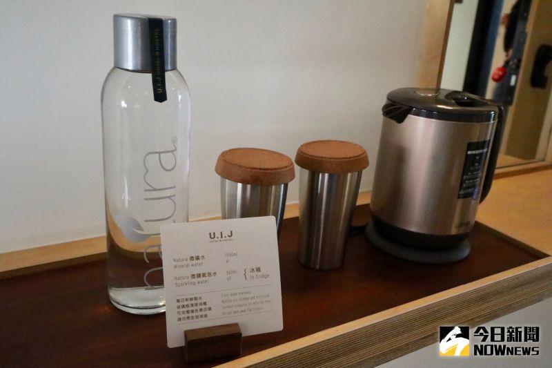 ▲為提倡環保,房間內的不提供礦全水,改用玻璃瓶裝的氣泡水取代。(圖/記者陳致宇攝)