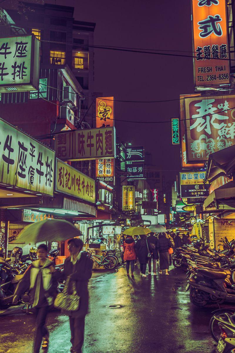 ▲他回到台北市後繼續在濃墨般地夜裡漫遊,讓自己迷失在這座城市。(