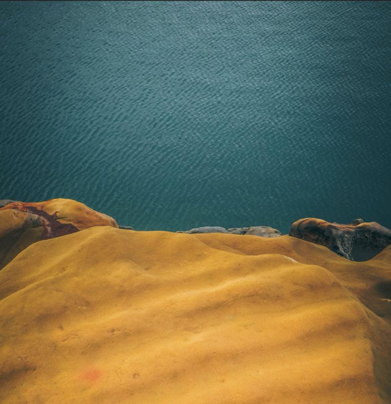 ▲他把所有照片換上一層「高冷色調」濾鏡來呈現出野柳神秘的美。(