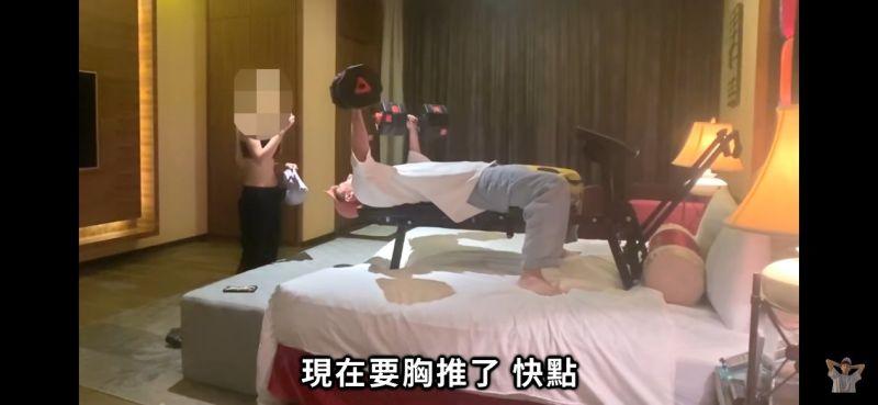 ▲約在旅館後沒想到Bump在床上健身,讓女生相當傻眼。(圖/翻攝自youtube)