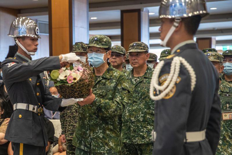 ▲殉職飛官靈柩抵桃總靈堂,國防部長嚴德發獻花致意表達崇高敬意。