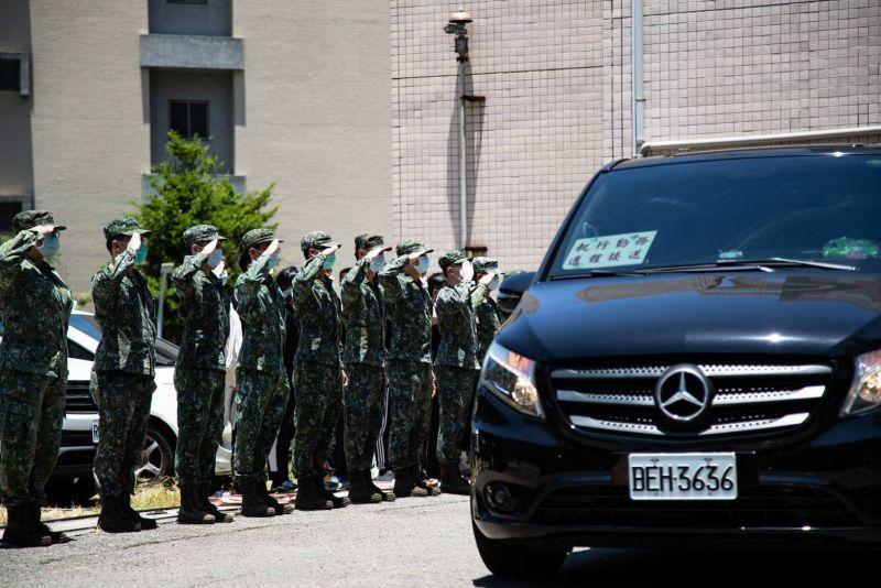 ▲今(17)日中午、軍方在新竹空軍醫院旁舉行移靈儀式,601旅弟兄列隊送同袍最後一程,場面哀戚肅穆。(國防部提供)