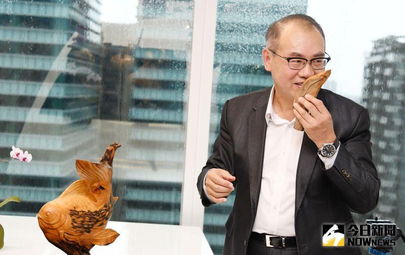 ▲台灣彩券公司總經理蔡國基會也會把台灣檜木收藏品剩下的木頭削成片狀,拿來當咖啡攪拌棒,為咖啡添加不同風味。(圖/記者林調遜攝)