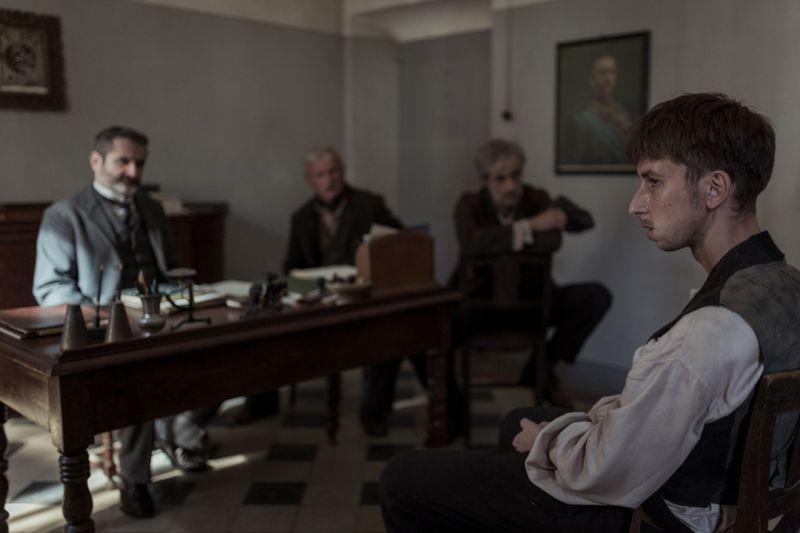 ▲《隱藏的畫家》年輕的安東尼奧利加布(左),因為身分問題被質詢。(圖/捷傑)