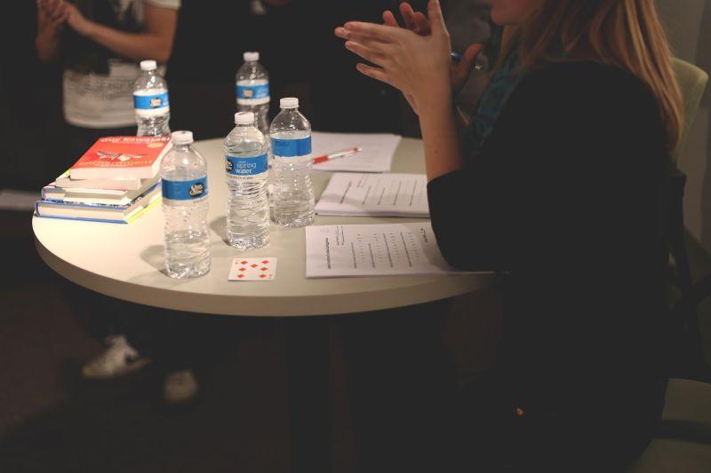 ▲一名身為行員的男網友在《 Dcard 》貼文提到,許久沒聯絡的女同學突然約他見面,才發現原來是想拉他一起加入直銷,經過一番洗腦話術之後,他靈機一動反攻,結局逆轉讓全場網友不禁笑翻。(示意圖/翻攝自 Pixabay )
