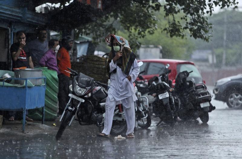 ▲印度的新冠疫情持續升溫,已成為全球第 3 個破百萬確診的國家,同時還遭受暴雨導致的水患困擾。(圖/美聯社/達志影像)
