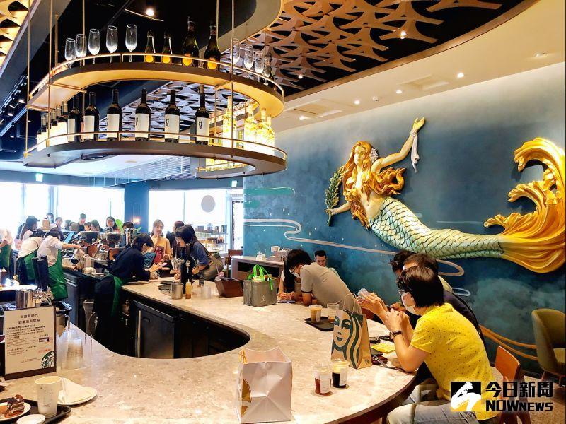 ▲星巴克高雄夢時代門市,逾百坪的面積以3大ARTWORK藝術牆面,描繪出海洋與女神的傳說。(圖/記者陳美嘉攝,2020.07.17)