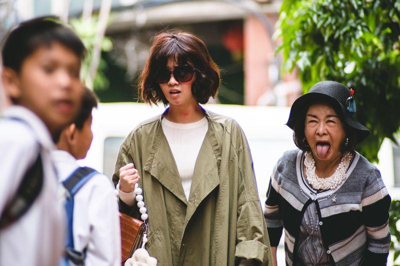 ▲嚴正嵐(左)、吳秀珠主演《老姑婆的古董菜單》。(圖