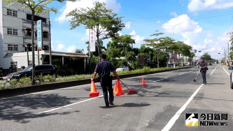 ▲員警將巡邏車上的警示錐拿出來在現場做警示。(圖/記者陳雅芳攝,2020.07.18)