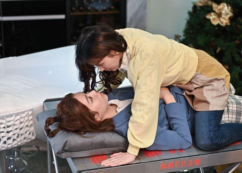 宋芸樺把情敵當朋友 與<b>蔡瑞雪</b>上演女女吻