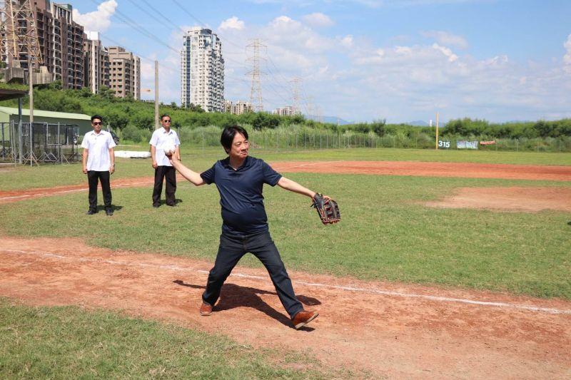 賴清德走訪台中 陳柏惟精心安排壘球隊切磋