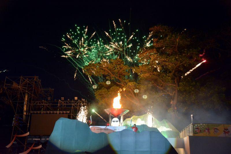 ▲引燃聖火採用創新安排,運用低空無人機,酬載安全合格的冷煙火引燃聖火,這是全台灣首次以低空特效無人機引燃聖火。(圖/屏東縣政府提供