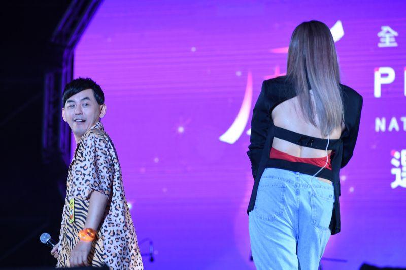 ▲A-Lin(右)曬美背開唱。(圖/屏東縣政府提供)