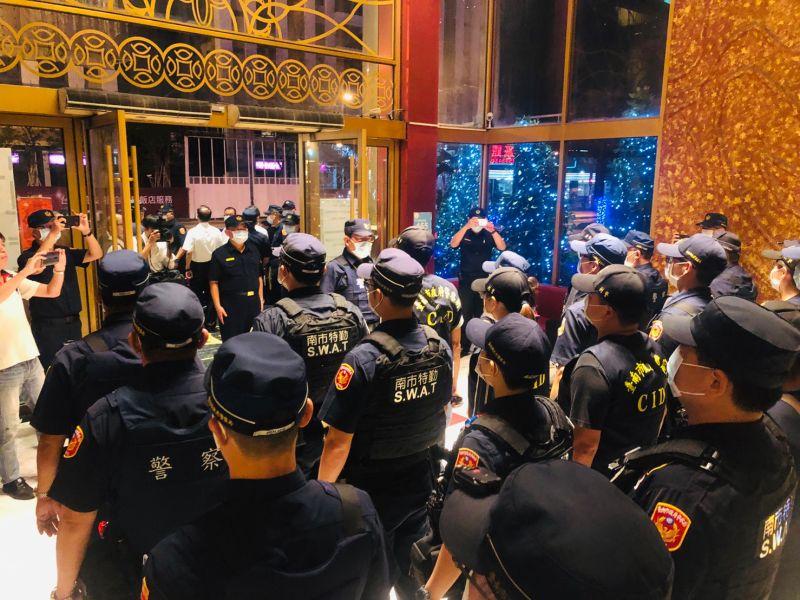 ▲警方針對台南市易滋事處所,將不間斷持續實施聯合查察及臨檢取締。(圖/記者陳聖璋翻攝)