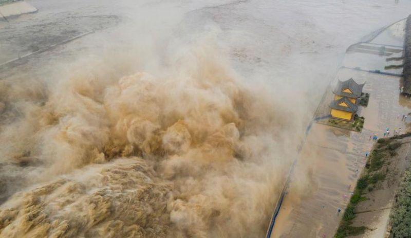 ▲中國近日降下多起暴雨,長江、黃河流域水位暴漲。(圖/翻攝自中新網)