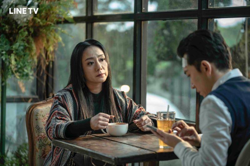 ▲高慧君(左)在《黑喵知情》飾演寵物溝通大師。(圖/LINE
