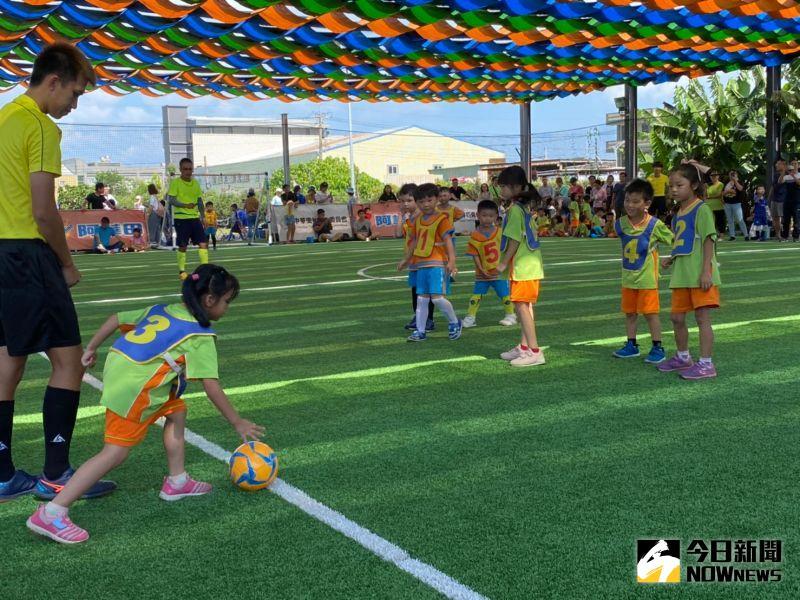 ▲小小朋友踢起足球,精力充沛,全場跑好跑滿。(圖/記者陳雅芳攝,2020.07.19)
