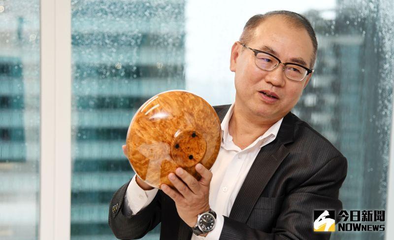 ▲台灣彩券公司總經理蔡國基的第一個台灣檜木收藏品就是在三義木雕街所買的「聚寶瓶」。(圖/記者林調遜攝)