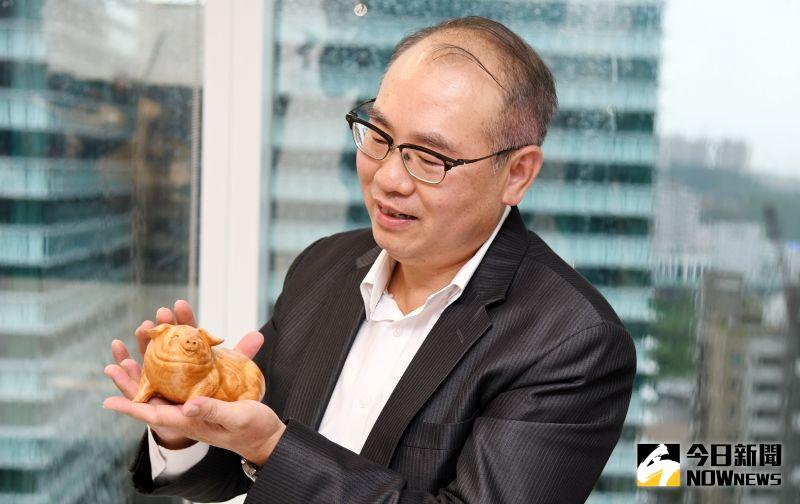 ▲台灣彩券公司總經理蔡國基台灣檜木收藏福氣豬。(圖/記者林調遜攝)