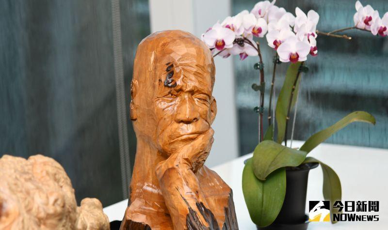▲台灣彩券公司總經理蔡國基台灣檜木收藏品沈思的人,他說從木頭也可體悟人生。(圖/記者林調遜攝)