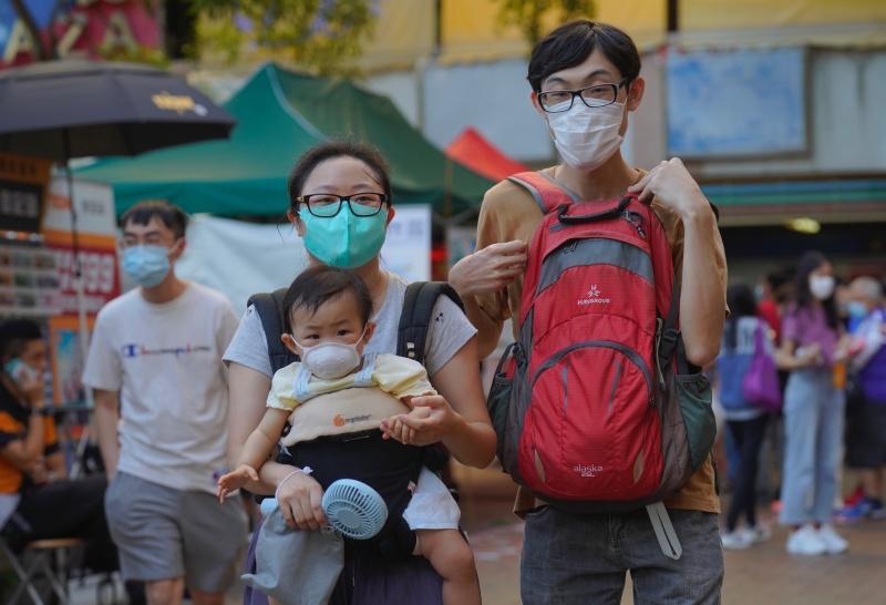 ▲香港的新冠肺炎疫情再度爆發,專家憂心恐造成當地醫療體系崩潰的危機。圖為近日香港街頭戴口罩出門的民眾。(圖/美聯社/達志影像)