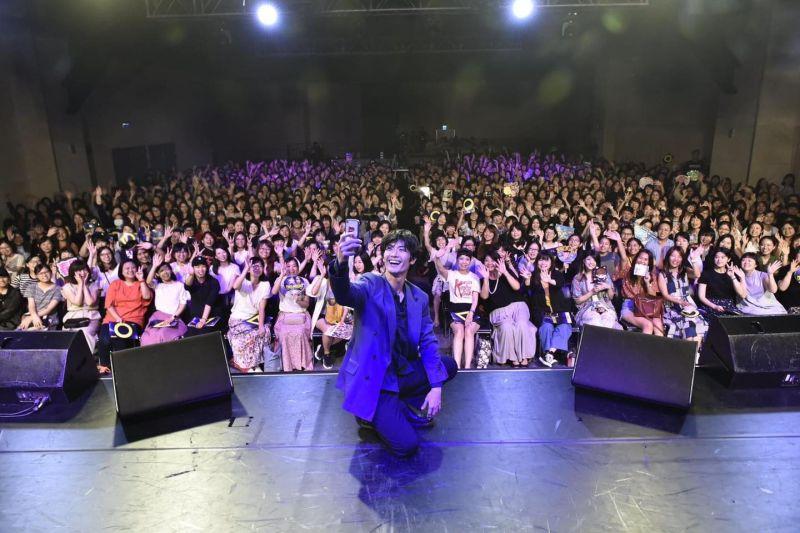 ▲三浦春馬去年來台會粉絲,主持人阿娟分享當天照片。(圖/活力DJ 阿娟臉書)