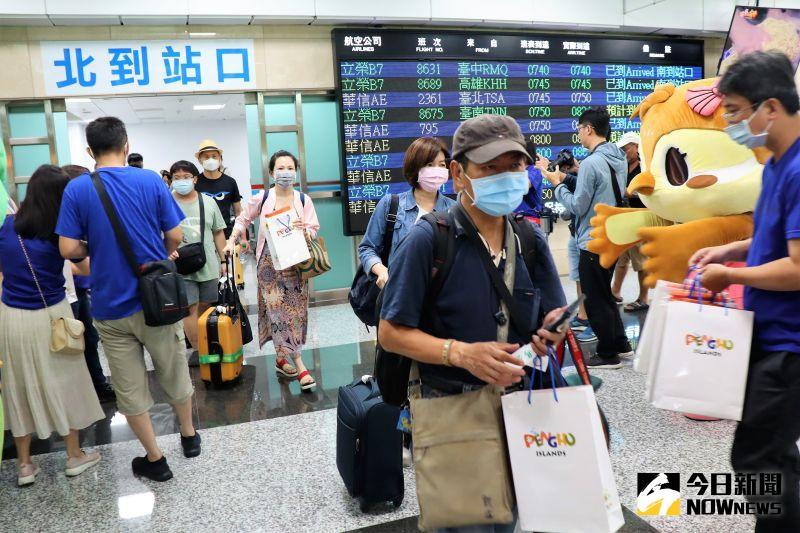 ▲澎湖機場成為全台灣最繁忙的一座機場,單日往返人數屢創新高,19日多達1萬6,686人次進出,較去年同期增加4成左右。(圖/記者張塵攝,2020.07.20)