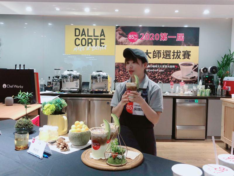 ▲吳瑋婷以綠光森林創意分層咖啡拿下2020咖啡大師冠軍。(圖/吳瑋婷提供)