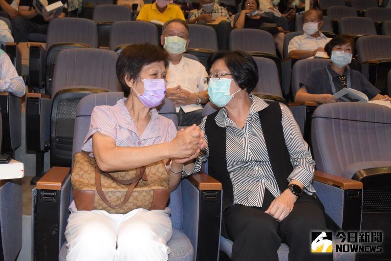 ▲縣長王惠美(右)前文化局長陳慶芳家屬表示致意。(圖/記者陳雅芳攝,2020.07.20)