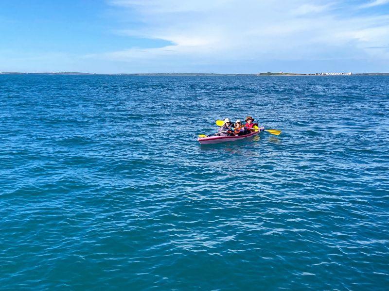 ▲澎湖海巡隊2031艇考量獨木舟人員體力不濟,立即將3人1舟接至艇上,