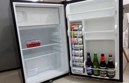 ▲網友分享實際用途為放鋁罐裝飲料的裝置。(圖/翻攝Dcard)