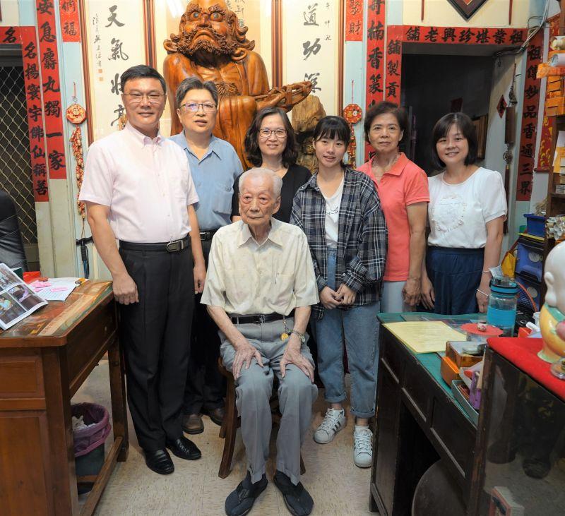 ▲鹿港鎮長許志宏今(21)日前往探訪鹿港鎮今年最年長的模範父親、95歲的施起義。(圖/記者葉靜美攝,2020.07.21)