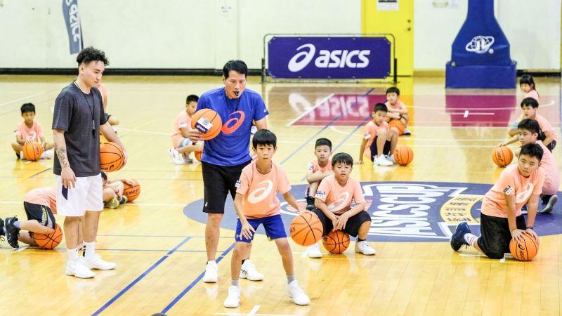 籃球/Coach邱正式上課啦!貼身指導助小球員穩紮基本功
