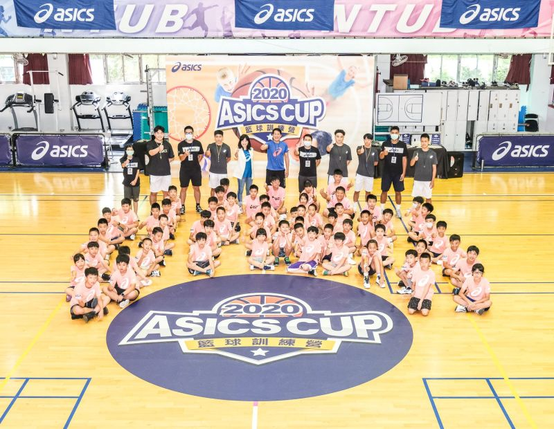 ▲2020亞瑟士籃球之星訓練營今日熱情開訓,籃壇小諸葛邱大宗教練帶領球員一同感受籃球的魅力。(圖/亞瑟士提供)