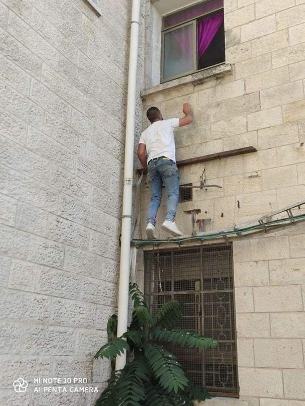 ▲為了看望母親,男子每天都會爬牆坐在病房窗外。(圖/翻攝自@mhdksafa的推特)