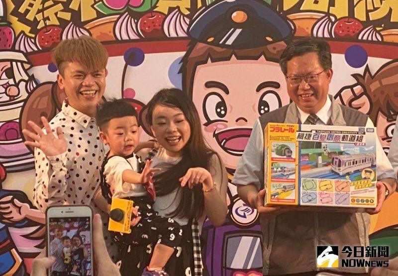 ▲桃園市長鄭文燦(右起)送上禮物給二伯、蔡桃貴和蔡阿嘎。(圖/記者臺孝婷攝)