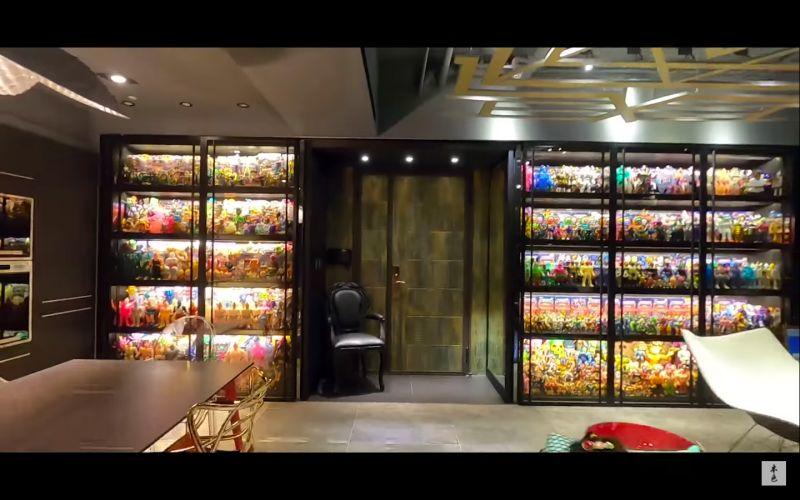 ▲愛收集玩具的熱狗,豪宅內部有兩面大牆專門放置公仔。(圖/翻攝本色音樂Youtube)