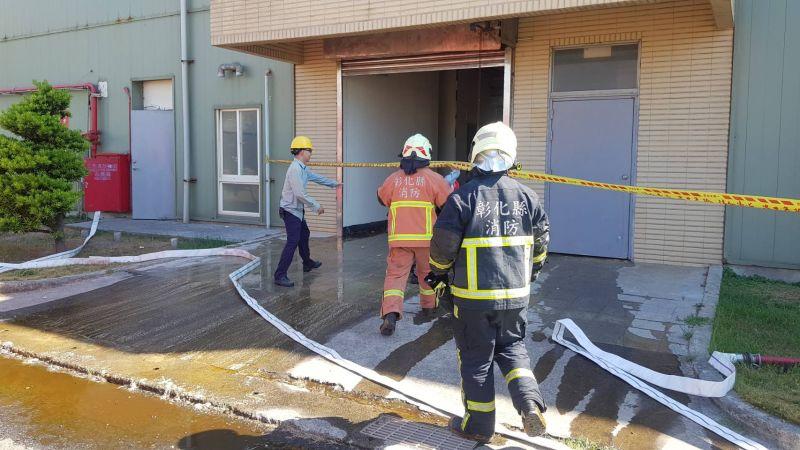 ▲由於廠區有槽體,消防人員仍在槽體旁進行防護。(圖/記者陳雅芳翻攝,2020.07.21)