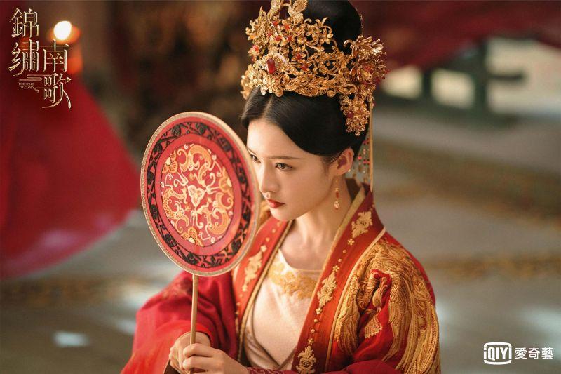 ▲網友笑說李沁這身裝扮,從俠女變驪妃。(圖