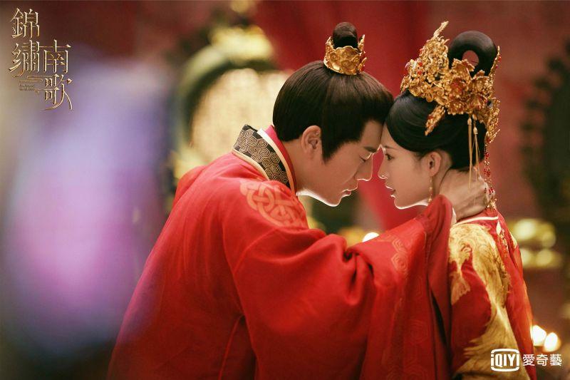▲驪歌(右)不敢相信彭成王就是四哥。(圖