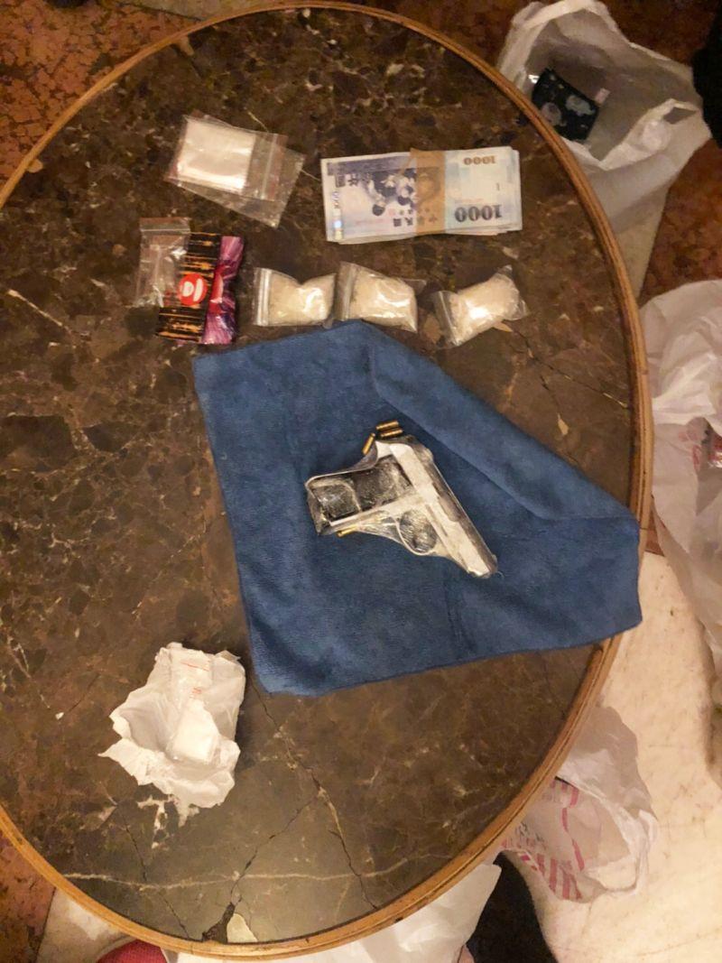 ▲平鎮分局昨天在中壢一處汽車旅館內,一舉查獲2男2女販毒交易,並起出手槍和凱他命等毒品。(圖/平鎮分局提供)