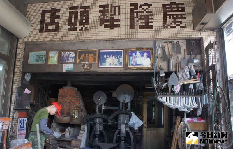 ▲擁有80年歷史的慶隆犁頭店,是南屯老街碩果僅存的打鐵鋪。
