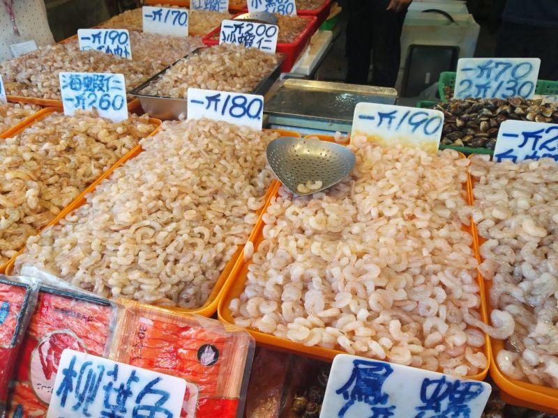 祥鴻水產行以工業用鹽混合碳酸氫鈉、多磷酸鈉等添加物製成溶液後,用以泡製蝦仁、蛤蜊等生鮮食品,遭南檢查獲。