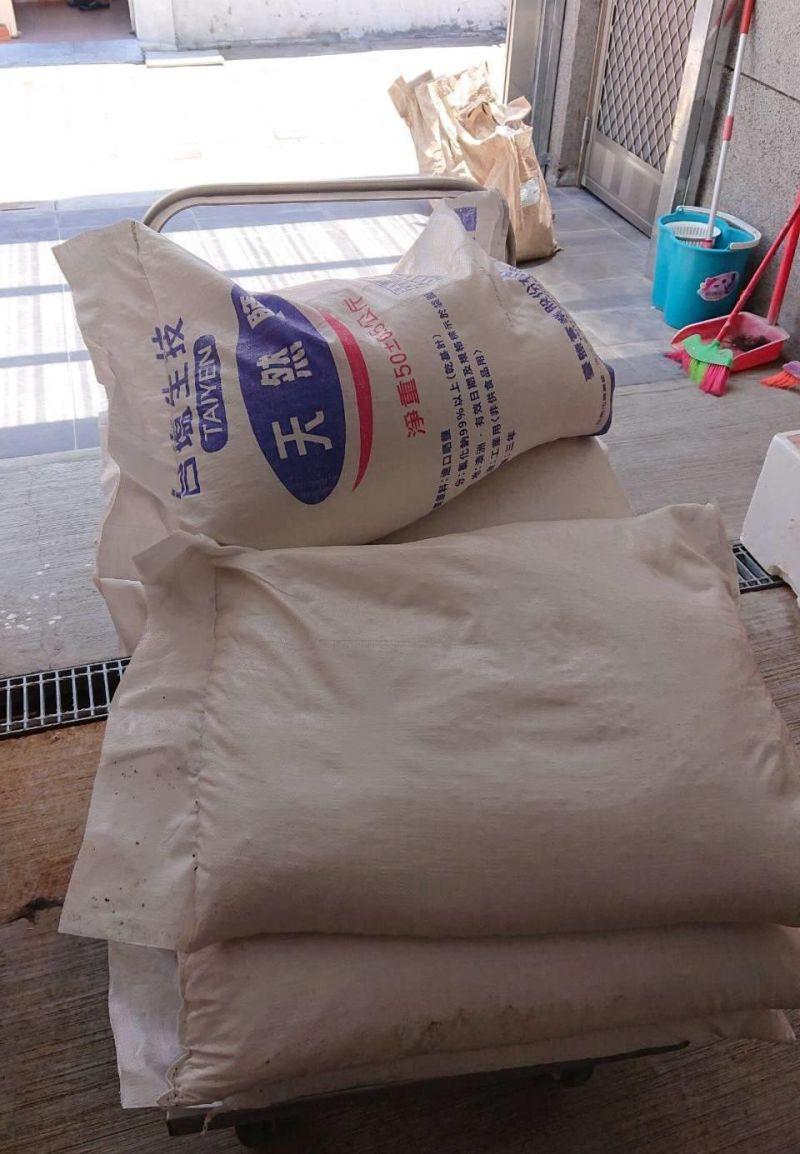 ▲辦案人員在祥鴻水產查扣工業用鹽。(圖/記者陳聖璋翻攝)